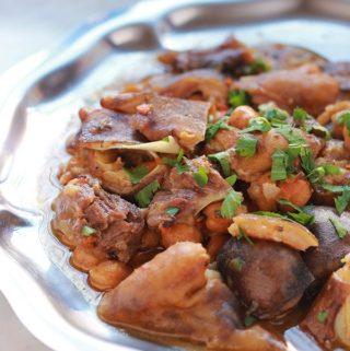 Pour les amateurs d'abats, voici un ragoût de tête et pieds de mouton dans une sauce rouge avec des pois chiches et des épices. Un plat classique algérien appelé chtitha bouzellouf en arabe. C'est une recette qui se fait en particulier à la fête du mouton (ou Aid el Adha). C'est simple, facile à faire et vraiment savoureux.