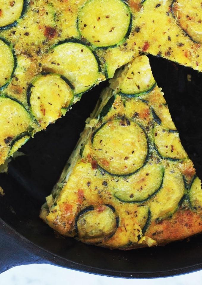 Délicieuse recette de frittata aux courgettes. Simple, rapide et facile à adapter selon vos goûts. Anti-gaspillage : en plus des courgettes, vous pouvez y ajouter des restes de légumes, de poulet rôti, poisson... Idéale au petit-déjeuner ou en plat rapide accompagné d'une salade.