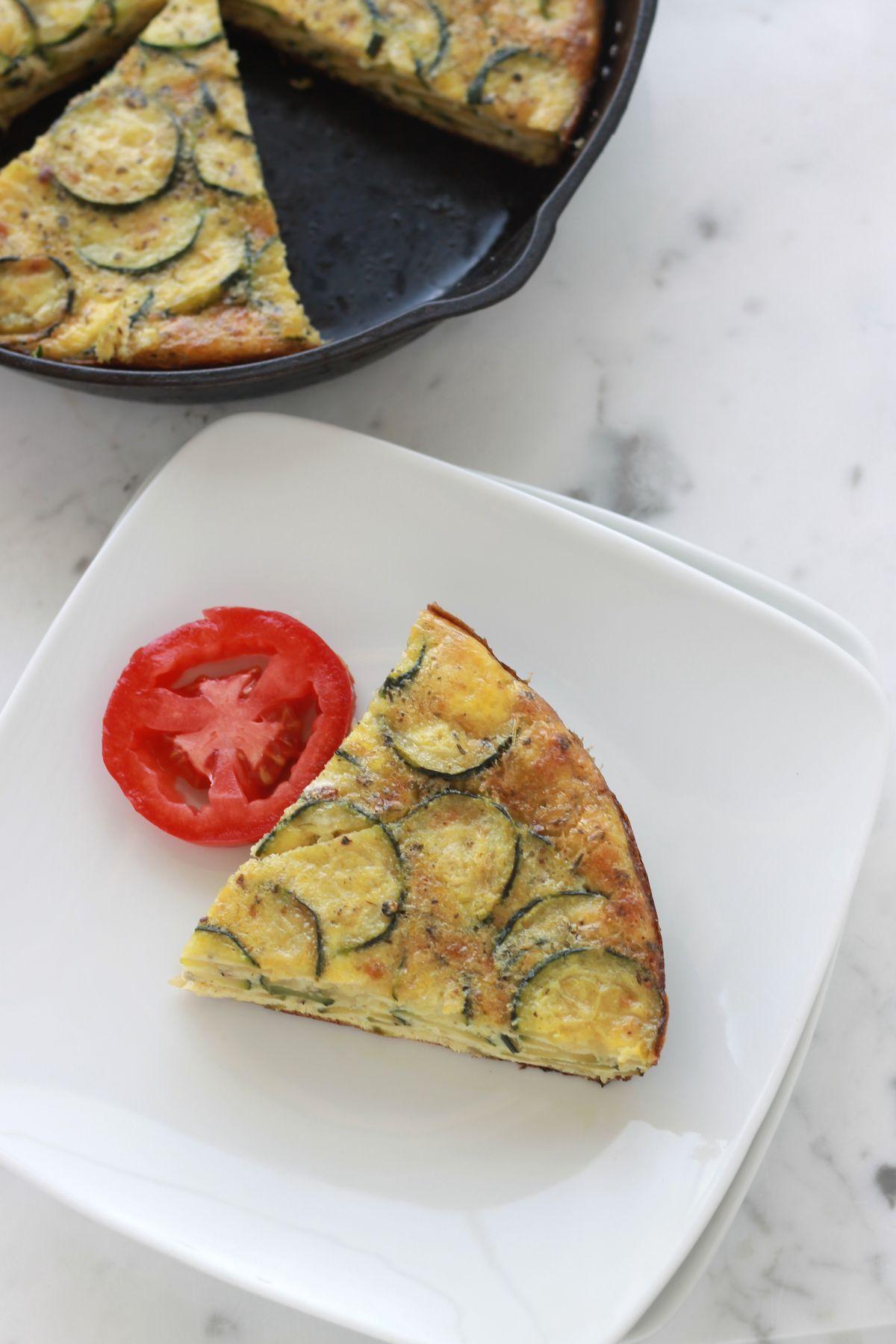 Frittata aux courgettes, facile, 30 minutes en tout : oeufs, courgettes, fromage. Parfaite pour le petit déjeuner, en entrée ou en plat / cuisineculinaire.com