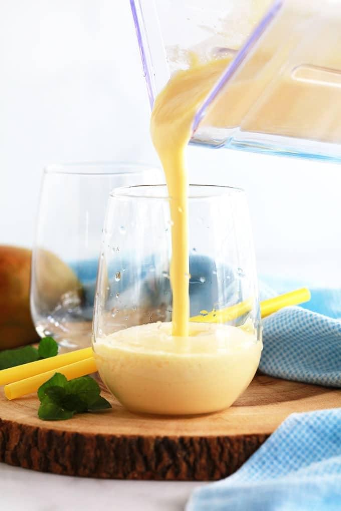 Recette du Lassi à la mangue : une des meilleures boissons rafraîchissantes indiennes. Yaourt, mangues fraîches ou surgelées, lait ou eau, sucre/miel. Je vous donne une formule de base que vous pouvez adapter facilement selon vos goûts.