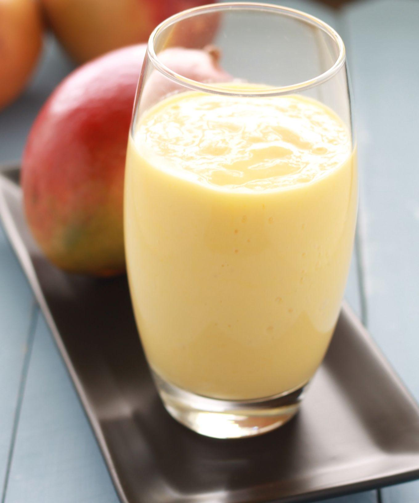 Délicieux lassi à la mangue sucré, rafraîchissant et très facile à faire. Une recette saine : mangue fraîche ou surgelée, yaourt, eau ou lait, sucre. / cuisineculinaire.com