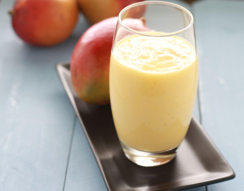 Délicieux lassi à la mangue sucré, rafraîchissant et très facile à faire. Une recette saine : mangue fraîche ou surgelée, yaourt, eau ou lait, sucre   cuisineculinaire