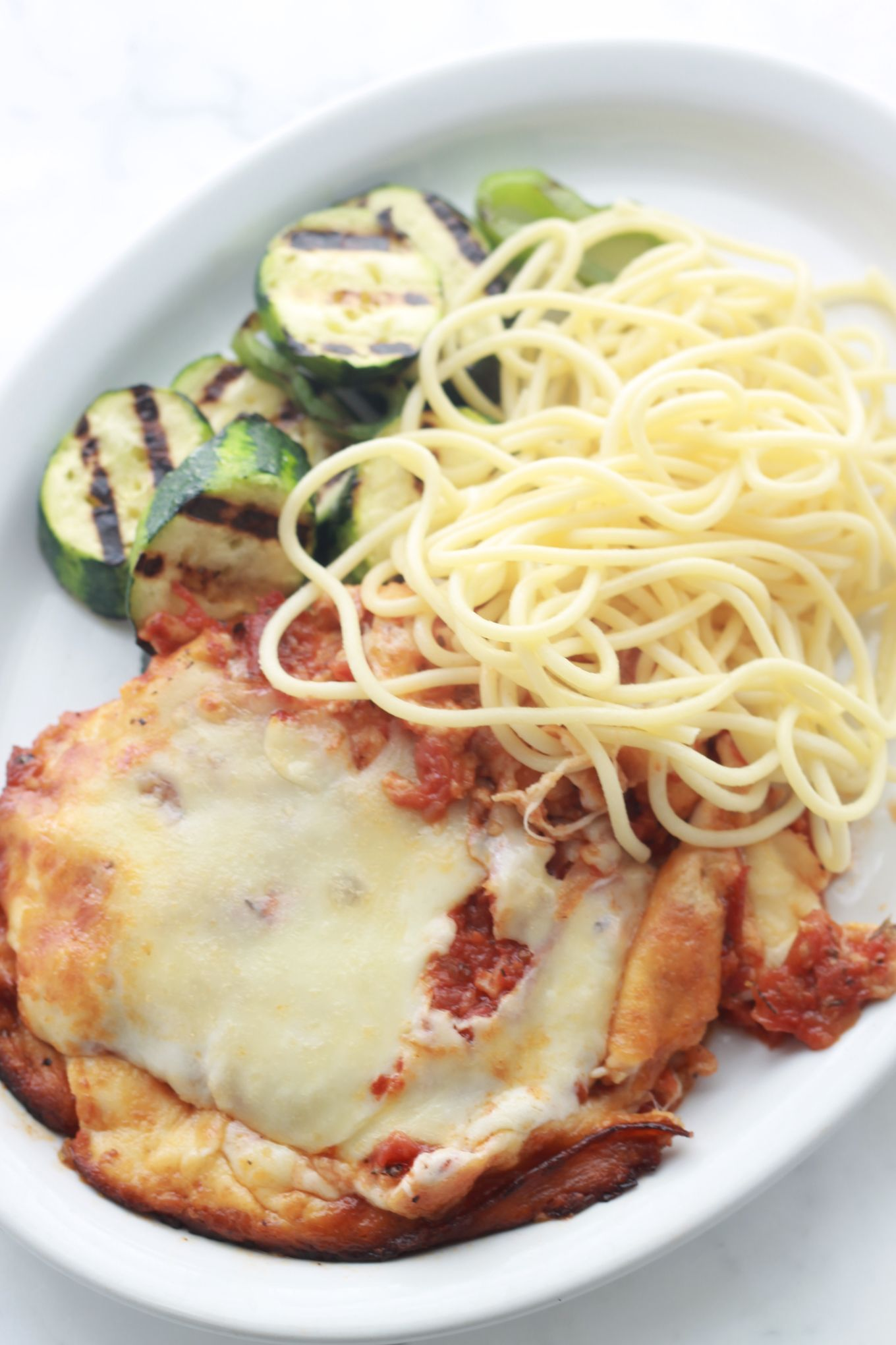 Escalopes de poulet panées avec un mélange de parmesan et de chapelure. Elles sont frites puis passées au four avec de la sauce tomate et du fromage. / cuisineculinaire.com