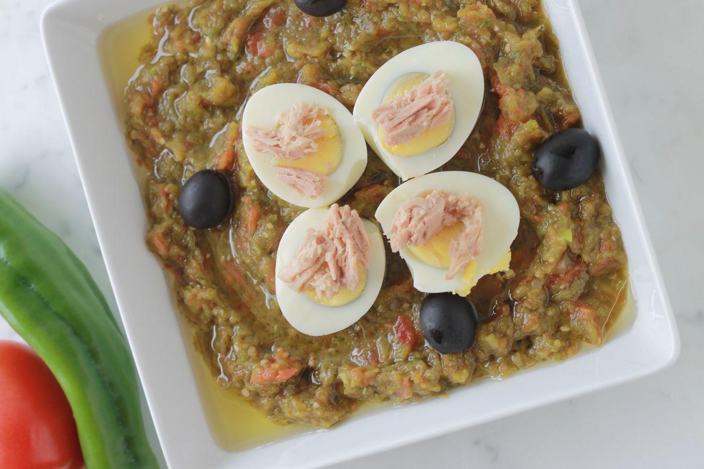 Salade de poivrons cuite : poivrons grillés, tomates, jus de citron et huile d'olive. Parfaite en entrée, accompagnement, ou plat principal avec des oeufs durs et du thon./ cuisineculinaire.com