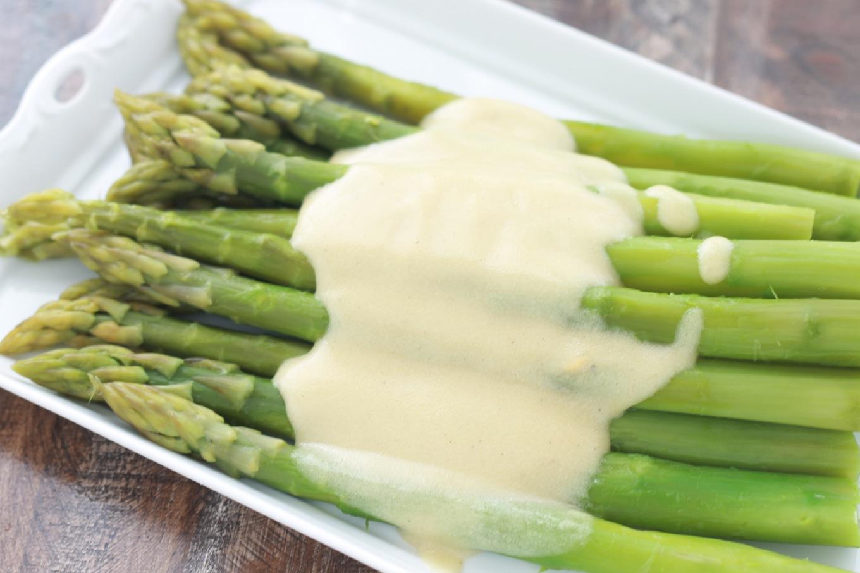 Asperges vinaigrette classique, entrée facile, légère, délicieuse. Asperges + vinaigrette onctueuse à la moutarde.