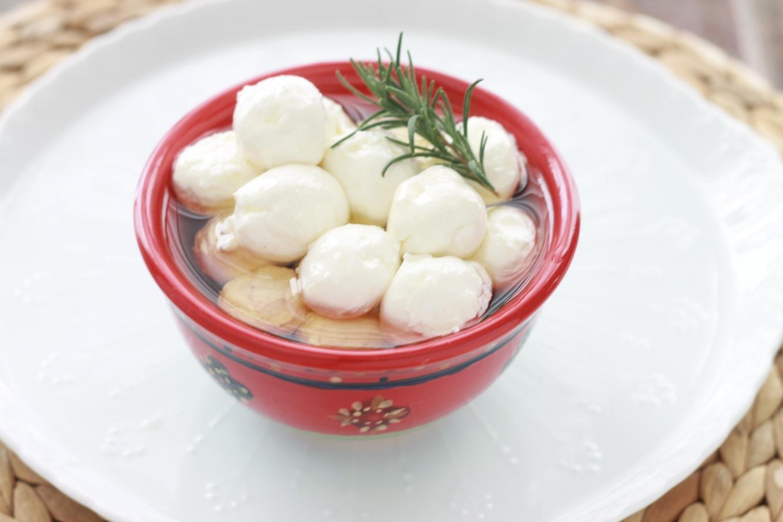 Ces boulettes de fromage frais sont marinées dans de l'huile d'olive. Elles sont parfois roulées dans des herbes fines ou des épices. Dégustées avec du pain pita au petit-déjeuner ou au goûter, c'est un régal. / cuisineculinaire.com