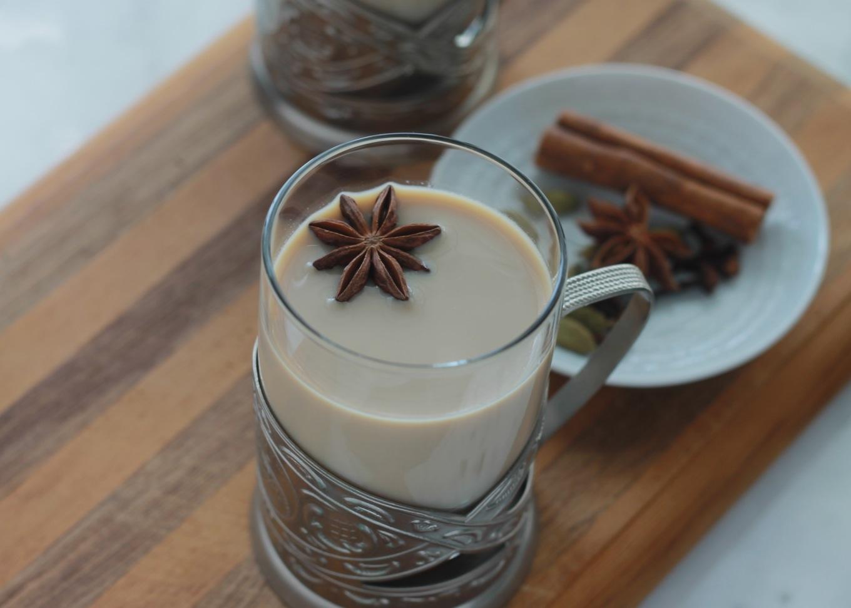 Délicieux chai - thé aux épices indien, rien à voir avec celui du commerce. Thé noir, épices, lait, sucre. Ne laissez pas trop infuser votre thé sinon il deviendrait amer. / cuisineculinaire.com