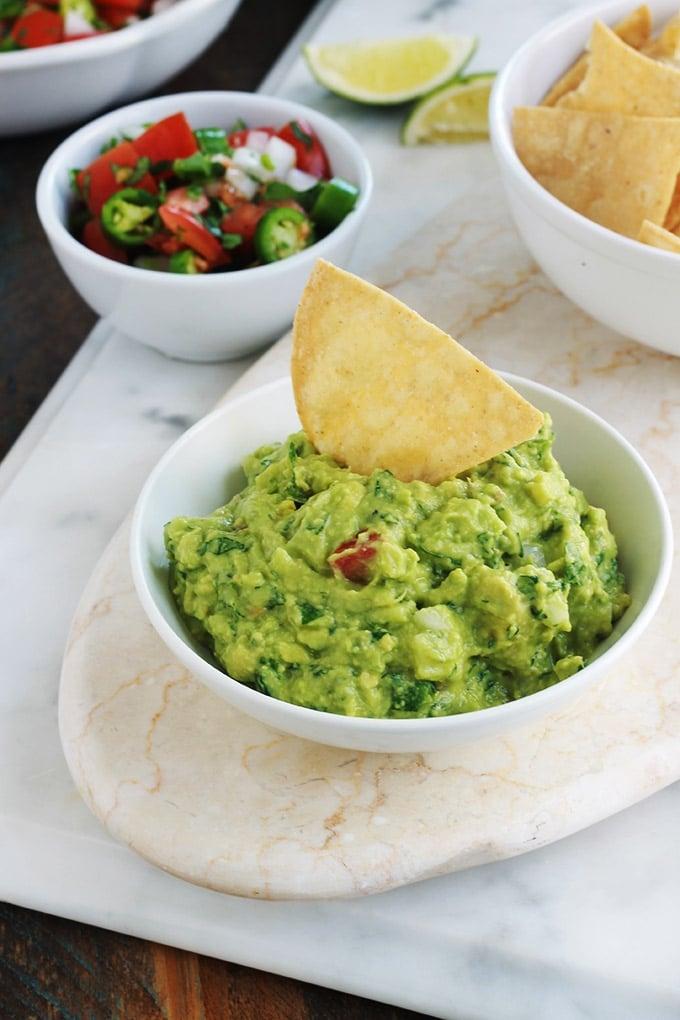 Apprenez à faire le guacamole traditionnel comme les mexicains. C'est une recette santé express. Composé de peu d'ingrédients : avocat, oignon, piment, coriandre, jus de lime et sel. Certains mettent de la tomate pour la couleur (mais c'est facultatif, le vrai guacamole na pas de tomate). Très simple, rapide et yummy! Il accompagne de nombreux plat mexicains : tacos, tostadas, tamales, enchiladas, empanadas, burritos, et bien d'autres! C'est joli aussi dans toutes sortes de verrines apéritives.