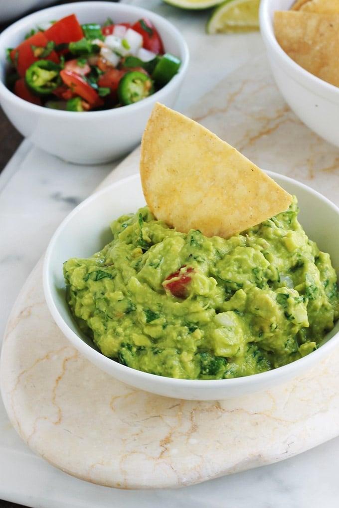 Apprenez à faire le guacamole traditionnel comme les mexicains. C'est une recette santé express qui accompagne de nombreux plats classiques mexicains. Composé de peu d'ingrédients : avocat, tomate, oignon, piment, coriandre, jus de lime et sel. Très simple, rapide et yummy! Il accompagne de nombreux plat mexicains : tacos, tostadas, tamales, enchiladas, empanadas, burritos, et bien d'autres! C'est joli aussi dans toutes sortes de verrines apéritives.