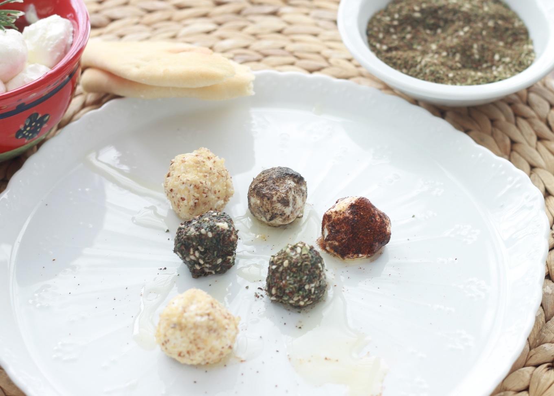 Ces boulettes de fromage frais sont marinées dans de l'huile d'olive. Elles sont parfois roulées dans des herbes fines ou des épices. Dégustées avec du pain pita au petit-déjeuner ou au goûter, c'est un régal.