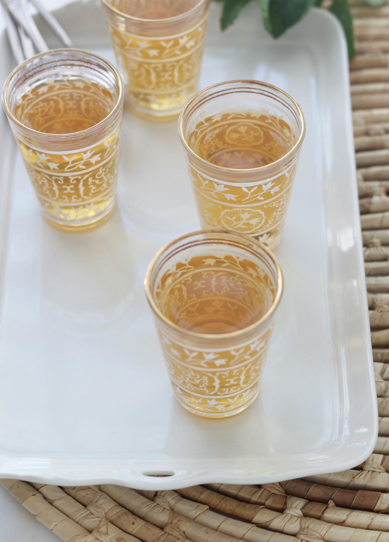 Thé vert à la menthe traditionnel. Feuilles de thé vert séchées + menthe fraîche. Eventuellement des épices comme les clous de girofle. A déguster avec des biscuits ou des fruits secs. / cuisineculinaire.com
