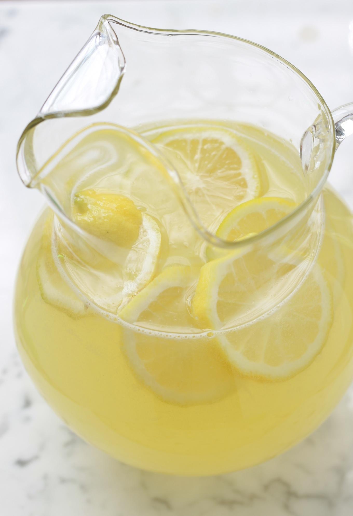 Recette de base de la citronnade maison, délicieuse et rafraîchissante. N'hésitez pas à ajouter des fruits mixés et / ou des herbes fines./    citronnade / citrons | cuisineculinaire.com