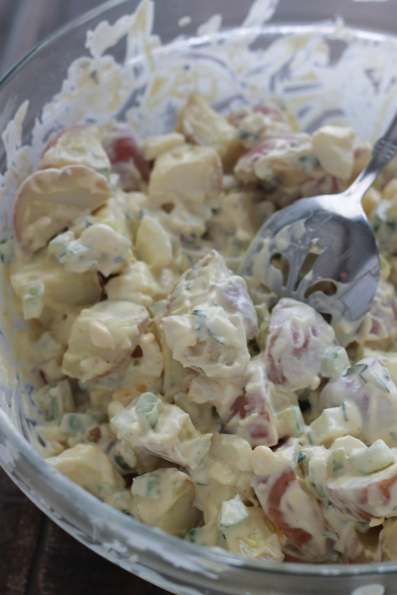 Salade de pommes de terre classique à l'américaine. Très bonne en entrée ou en accompagnement pour une viande grillée ou des saucisses, pique-niques, buffets froids./cuisineculinaire.com