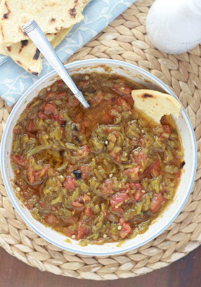 Salade de poivrons kabyle avec des tomates et de l'huile d'olive. Aussi simple à faire que savoureuse. Délicieuse en en entrée sur des tranches de pain ou en accompagnement d'une viande ou d'un poisson.