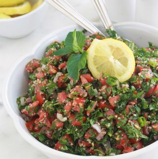 Apprenez à faire le taboulé traditionnel comme les libanais. La vraie recette : avec du persil (beaucoup de persil) et éventuellement de la menthe fraîche, un peu de boulghour, tomates, oignons, du jus de citron, huile d'olive et sel. C'est une salade santé rafraîchissante parfaite en été. A servir en entrée, pour accompagner vos grillades ou pour les piques-nique. Elle est toute simple et rapide à faire.