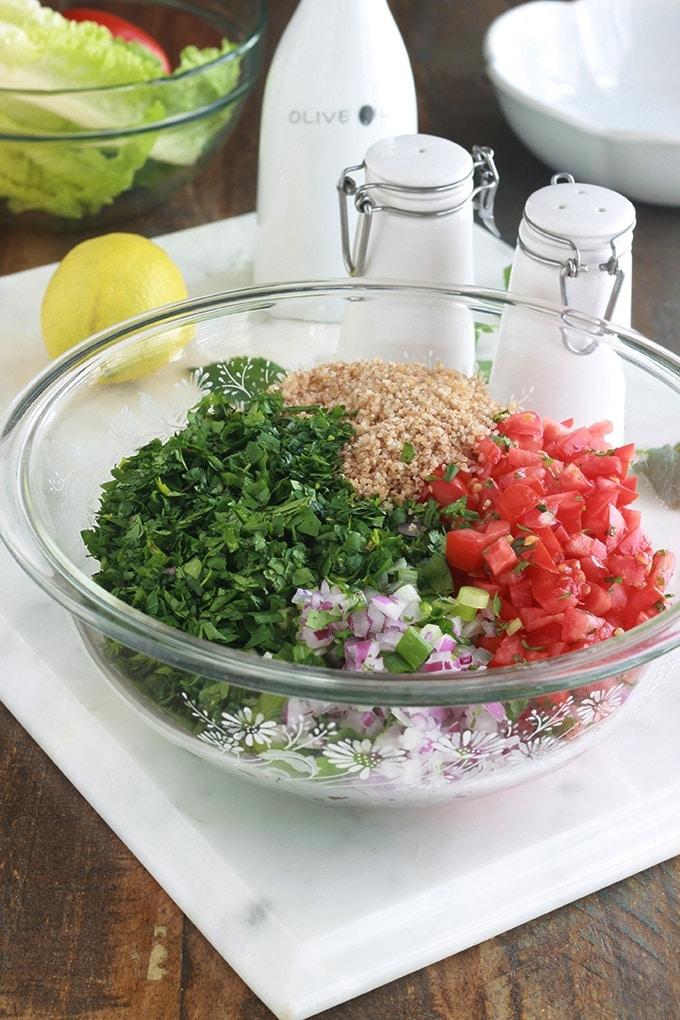 Apprenez à faire le taboulé traditionnel comme les libanais, la vraie recette : avec du persil (beaucoup de persil) et éventuellement de la menthe fraîche, un peu de boulghour, tomates, oignons, du jus de citron, huile d'olive et sel. C'est une salade santé rafraîchissante parfaite en été. A servir en entrée, pour accompagner vos grillades ou pour les piques-nique. Elle est toute simple et rapide à faire.