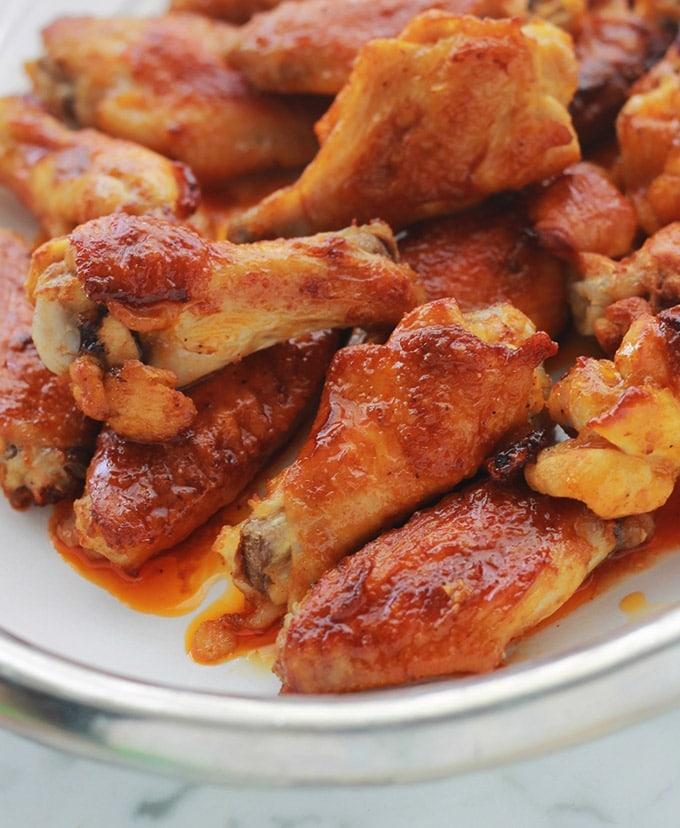 Recette des ailes de poulet sauce Buffalo. Un grand classique américain. Simple et tellement délicieux. La sauce Buffalo est une sauce piquante.