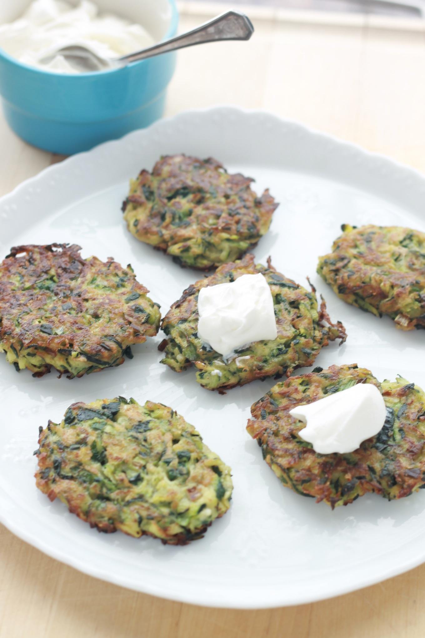 Ces beignets de courgettes sont croustillants, faciles à faire et tout simplement savoureux. A déguster en entrée ou en accompagnement d'une viande. / cuisineculinaire.com