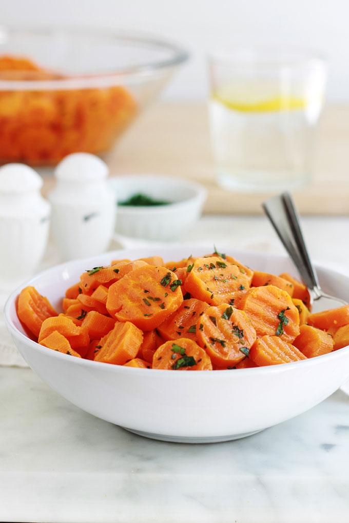 Les carottes Vichy est une recette toute simple et savoureuse. Un plat léger de carottes fondantes. Délicieuses en entrée ou en accompagnement de viandes grillées ou rôties, volaille et poissons.