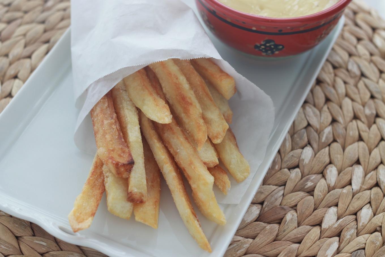 Délicieuses frites belges, croustillantes à l'extérieur et tendres à l'intérieur. Le secret ? Choix de pommes de terre farineuses et friture en deux temps. / cuisineculinaire.com