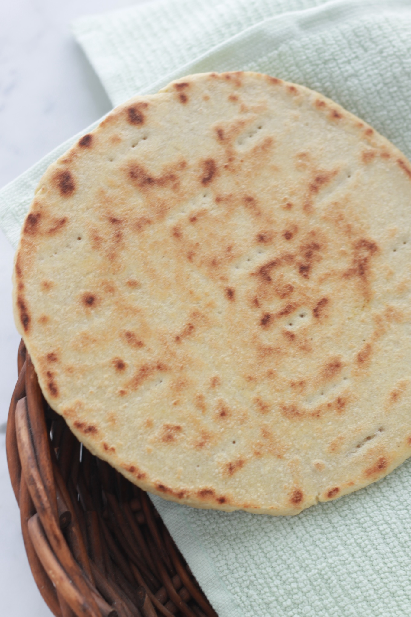 Galette de semoule très facile et rapide, sans pétrissage et sans levure. Un minimum d'ingrédients : semoule, sel, eau et éventuellement un peu d'huile. Parfaite pour accompagner de nombreux plats : salade algérienne de poivrons grillés et tomates, la chekchouka ou ratatouille algérienne, les soupes traditionnelles ... Autres noms : kessra en arabe, harcha au Maroc, aghroum / cuisineculinaire.com