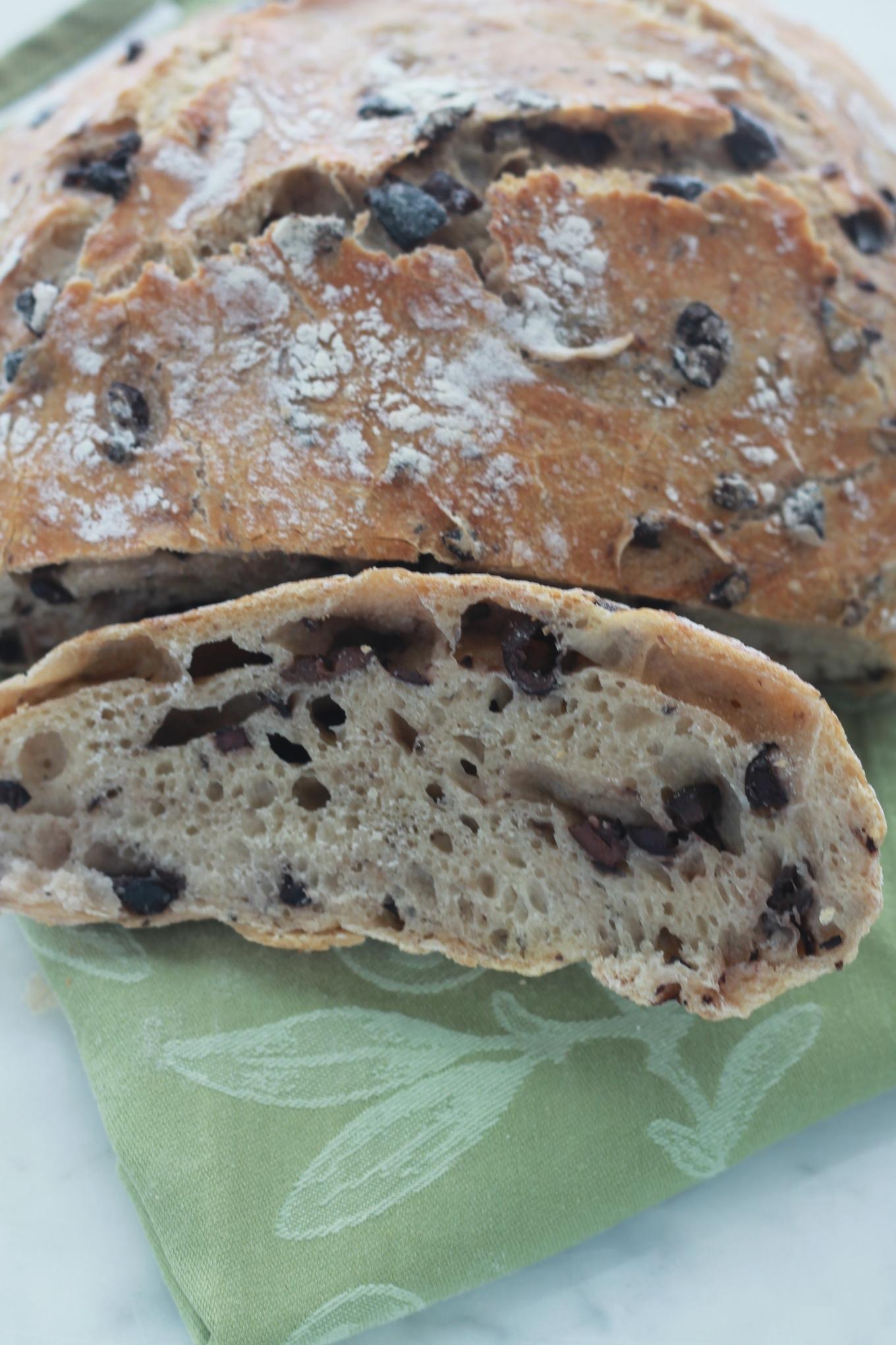 Miche de pain sans pétrissage aux olives. Facile et inratable. Très bon surtout avec du fromage mariné dans de l'huile d'olive et des herbes aromatiques. / cuisineculinaire.com