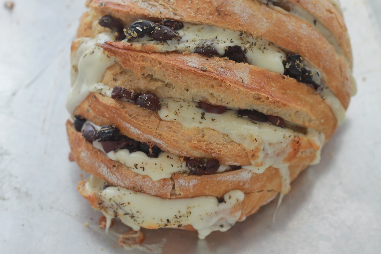 Vous voulez épater vos invités à l'apéritif ? Faites ce pain à la mozzarella et aux olives : c'est facile, rapide et succulent. / cuisineculinaire.com