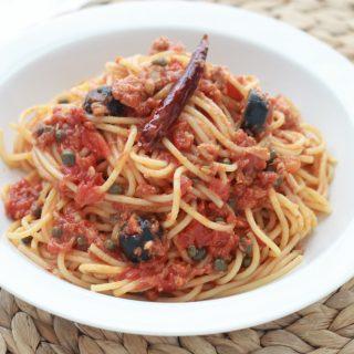 Pâtes sauce tomate, thon, câpres et olives