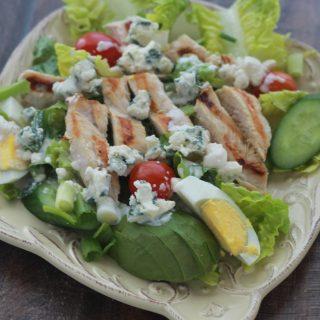 Salade de poulet, sauce au fromage bleu