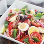 Salade niçoise dans un plat de service