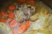 Tajine de poulet cuisson du poulet dans la sauce
