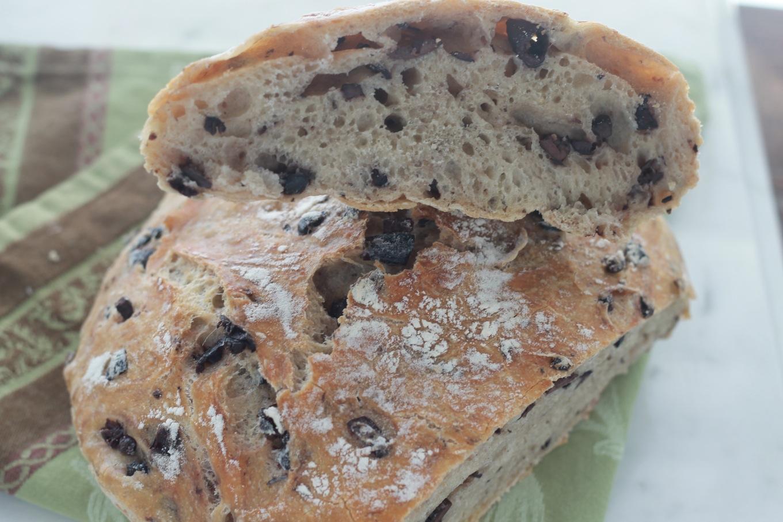 Délicieux pain sans pétrissage aux olives. Facile et inratable. Très bon surtout avec du fromage mariné dans de l'huile d'olive et des herbes aromatiques. / cuisineculinaire.com