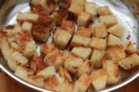Croutons a l'ail - Faire frire les croutons dans une poele