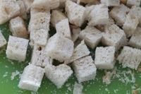 Croutons a l'ail - couper le pain en cubes