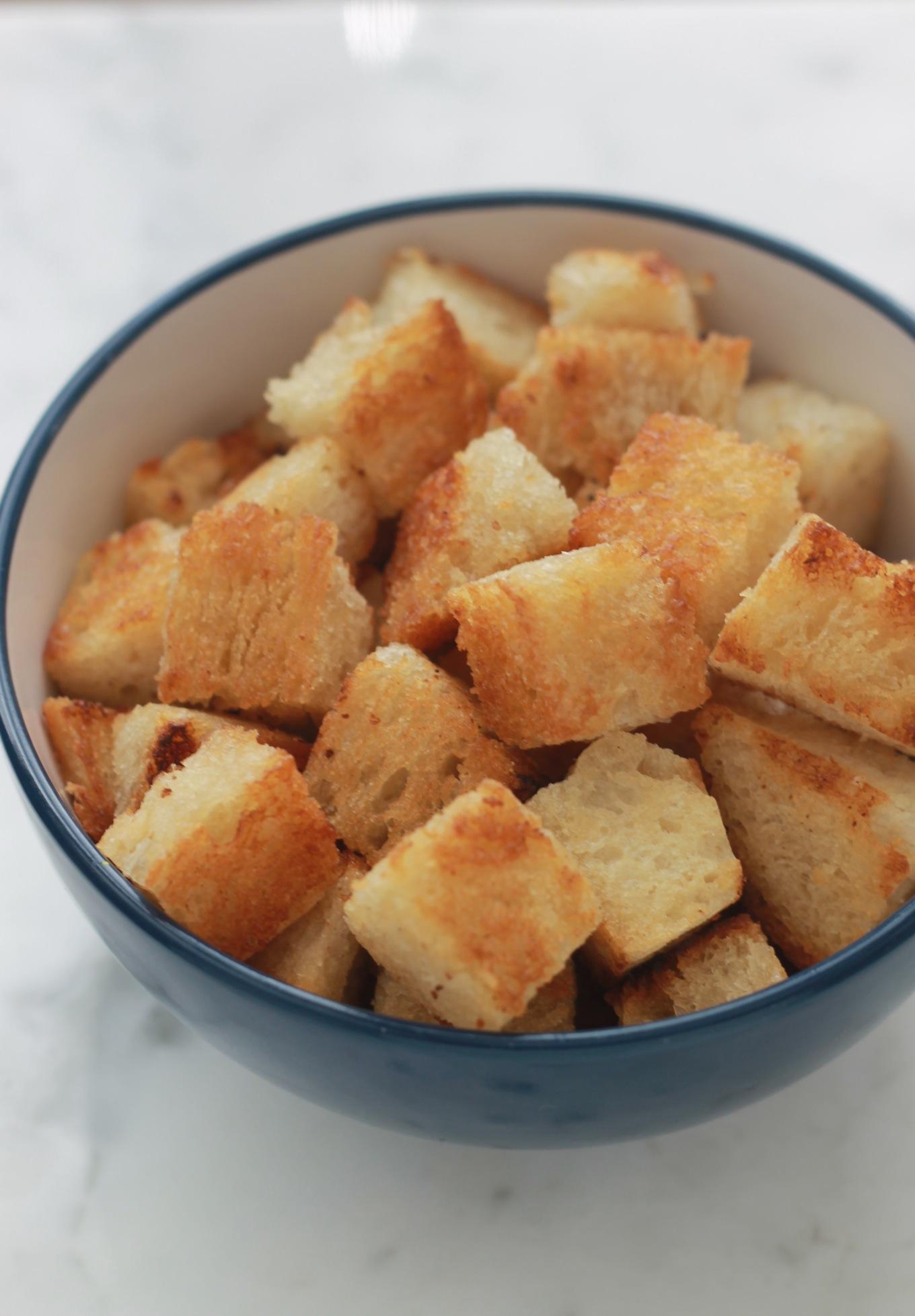 Ces croûtons à l'ail sont très savoureux, faciles à faire et économiques. Parfaits avec les soupes et pour ajouter du croquant à vos salades. | cuisineculinaire.com
