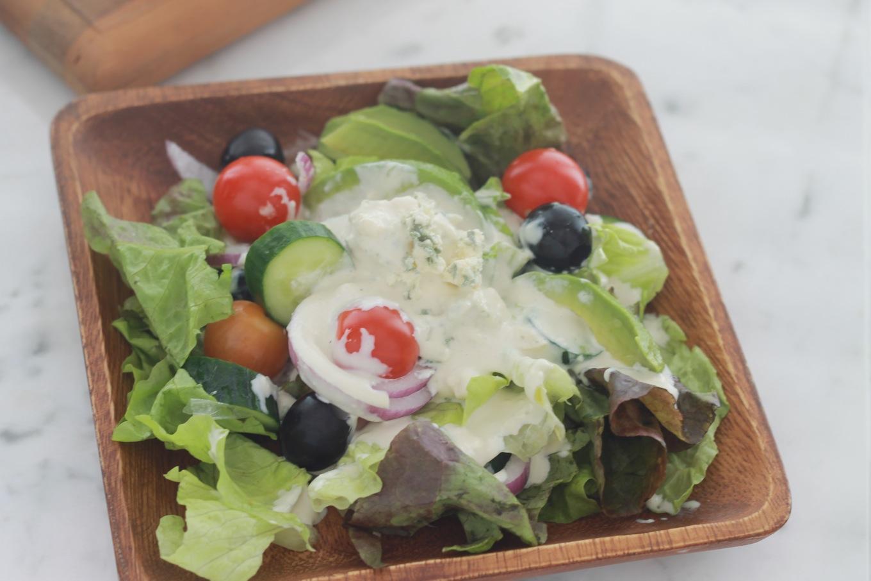 Cette salade sauce au fromage bleu est un régal. Parfaite en entrée ou en plat d'accompagnement d'une viande ou poulet grillé. / cuisineculinaire.com