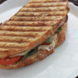 Sandwich caprese grillé (tomate, mozzarella, basilic)