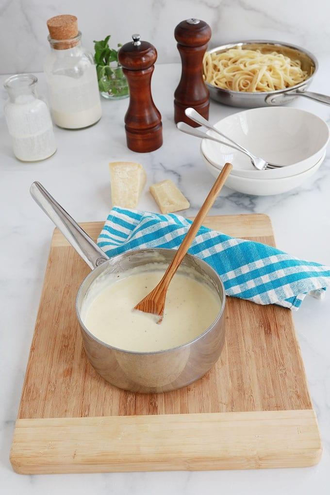 Sauce ALfredo dans une poele