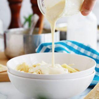 Sauce Alfredo maison versee sur des pates fettuccine
