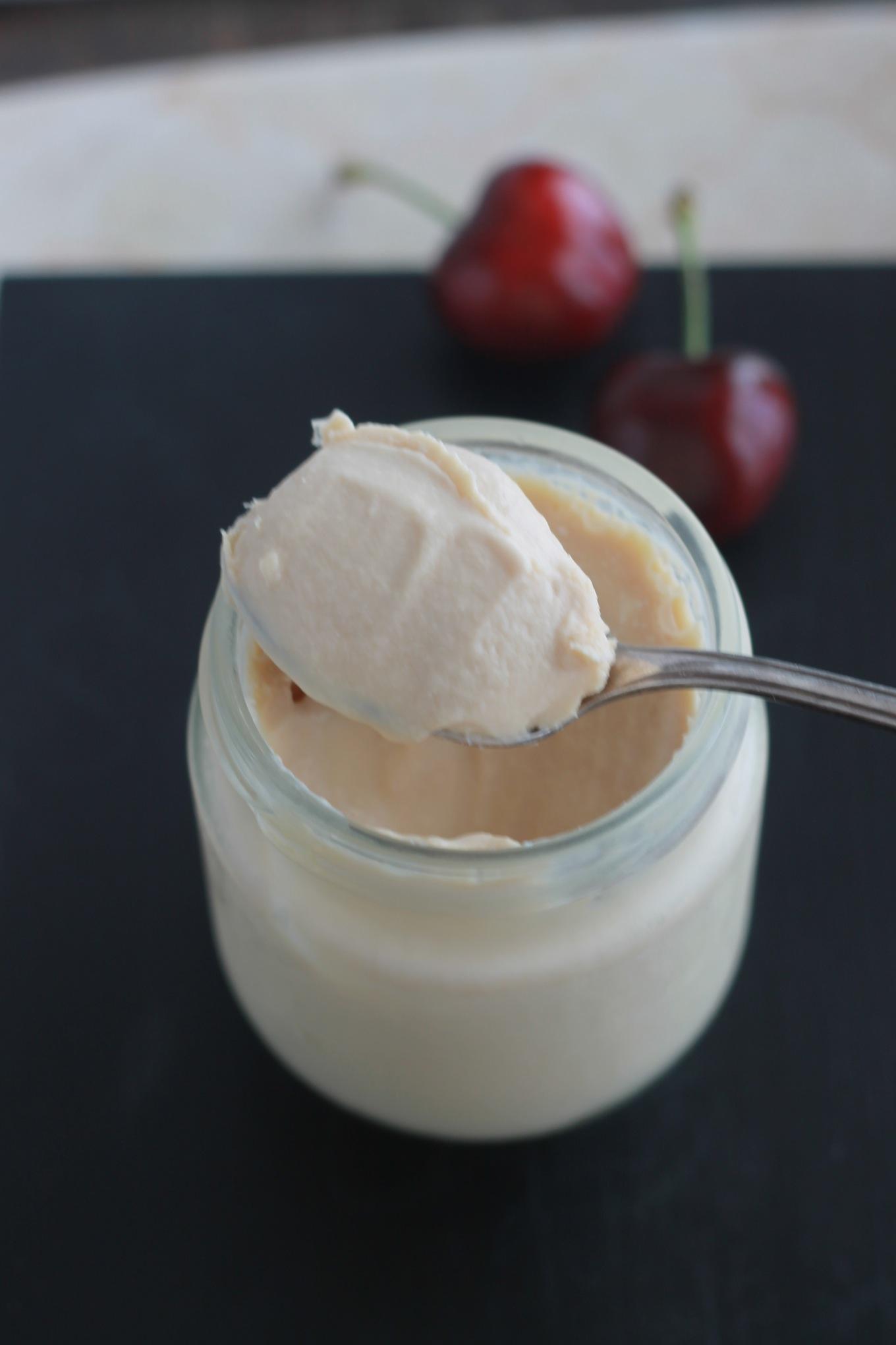Délicieux yaourt fait maison avec du caramel au beurre salé. Très facile à faire, du lait, du yaourt et du caramel au beurre salé. / cuisineculinaire.com