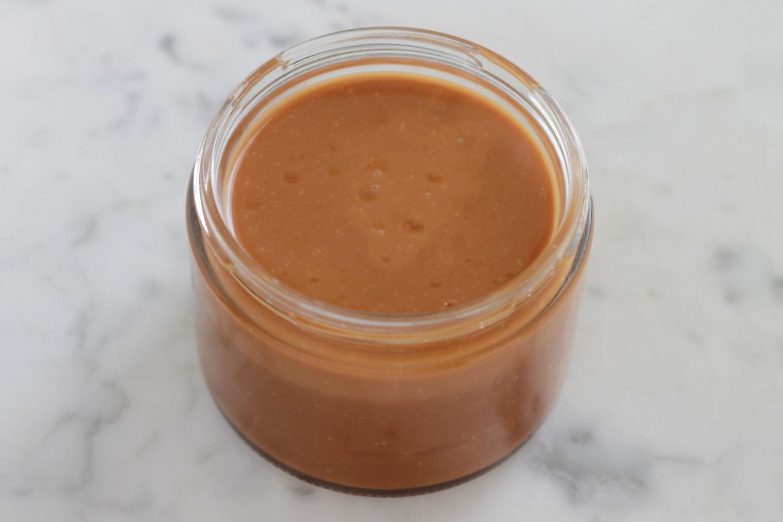 Difficile de résister à ce caramel au beurre salé. Délicieux, facile et rapide à faire. Trois ingrédients : sucre, crème, beurre. + Astuces pour le réussir. / cuisineculinaire.com