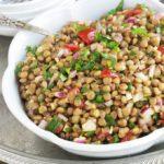 Cette salade de lentilles à la marocaine est délicieusement parfumée au cumin, coriandre et menthe. Très simple et facile à faire. Composée de lentilles, tomates, oignon et une vinaigrette toute simple. A servir tiède ou froide, en entrée ou en plat d'accompagnement pour vos viandes et poissons grillés.