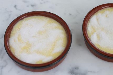 Creme catalane facile - saupoudrer avec du sucre