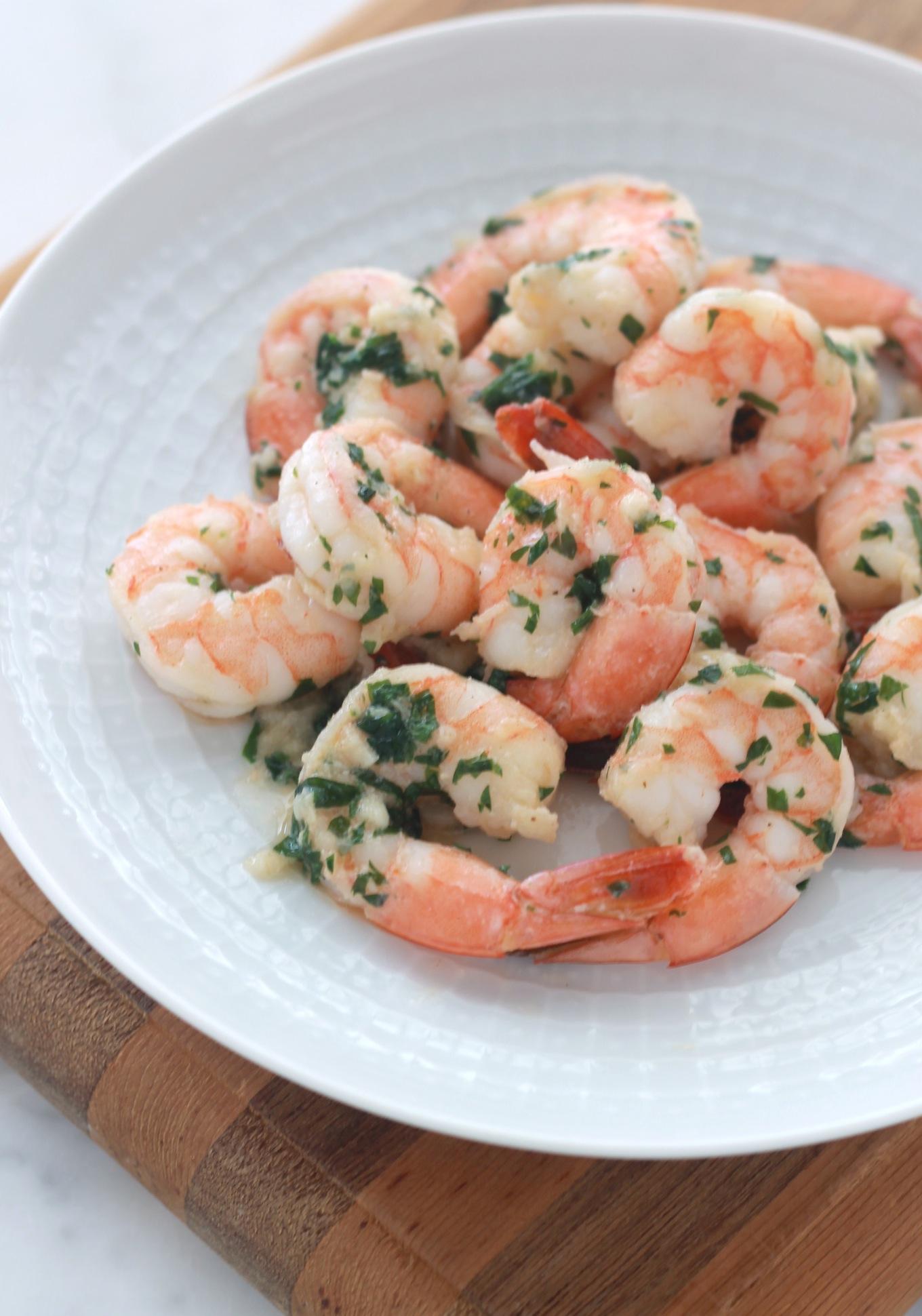 Crevettes sautées avec du persil, de l'ail, du beurre et de l'huile d'olive. Un plat très facile, rapide et absolument succulent. / cuisineculinaire.com