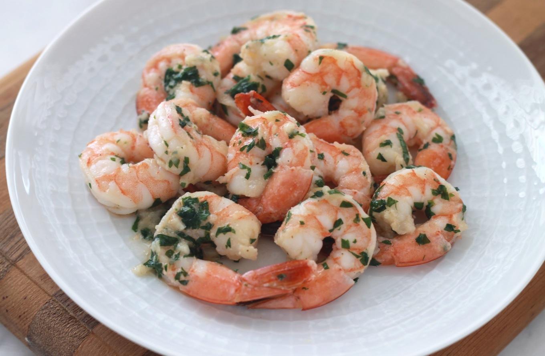 Crevettes sautées persillade. Ingrédients basiques et sains : du persil, de l'ail, du beurre et de l'huile d'olive. Un plat très facile, rapide et délicieux. / cuisineculinaire.com