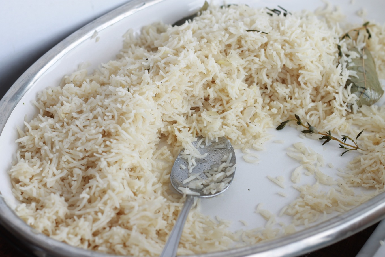 Riz pilaf, un accompagnement savoureux pour viandes et poissons. Très facile, rapide, avec des ingrédients basiques : riz, oignon, huile, bouillon, épices/herbes aromatiques. /cuisineculinaire.com