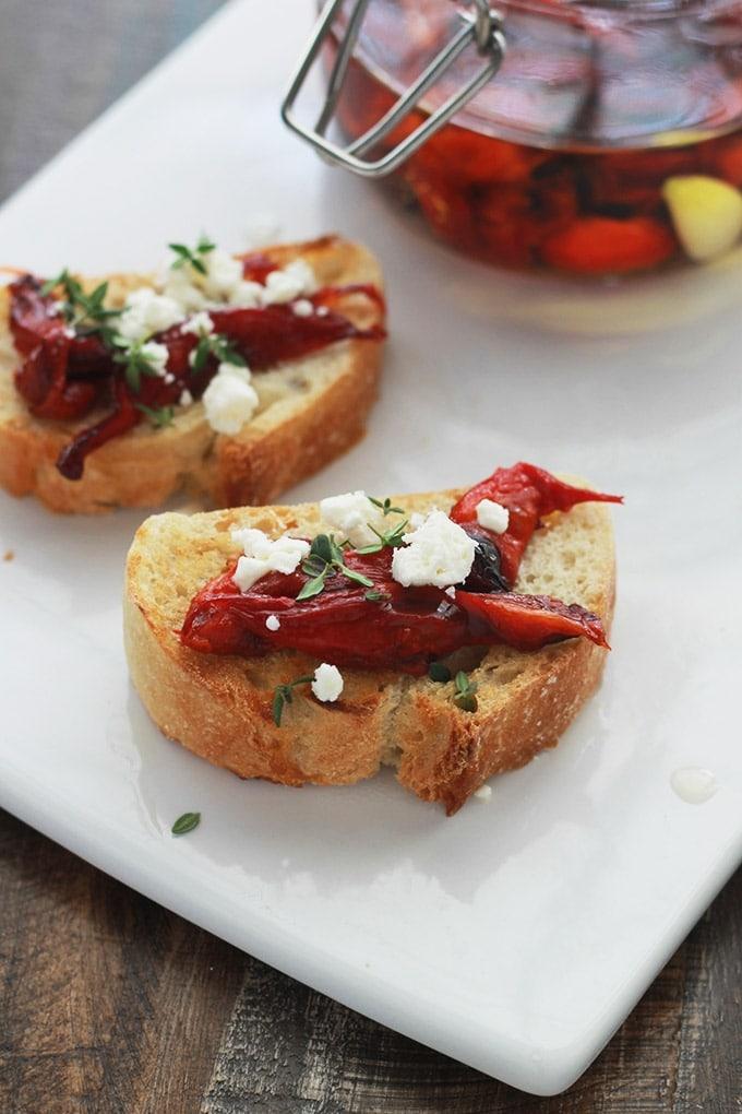 Les poivrons rouges confits à l'huile d'olive sont faciles à faire. Ils sont d'abord grillés au four, épluchés puis marinés dans de l'huile d'olive avec de l'ail, des épices et des herbes aromatiques.
