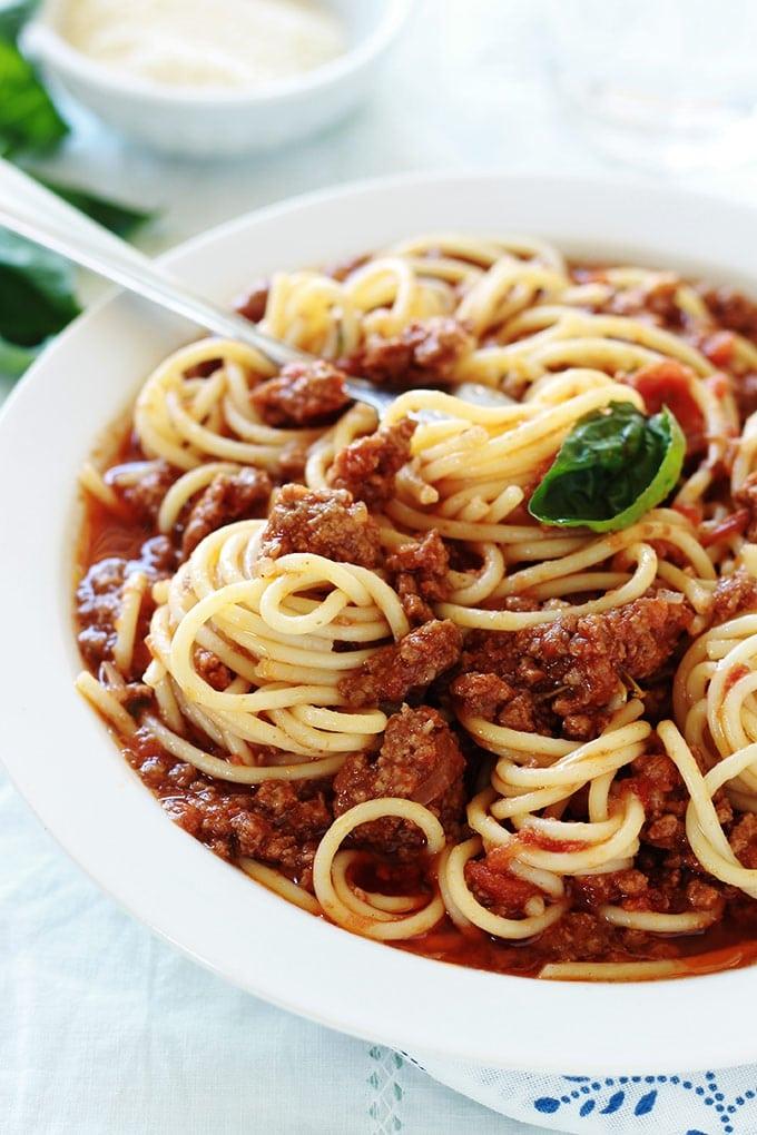 Les spaghetti bolognaise, ou spaghetti sauce bolognaise, un plat facile, rapide et économique. Un plat très savoureux apprécié des petits et des grands.