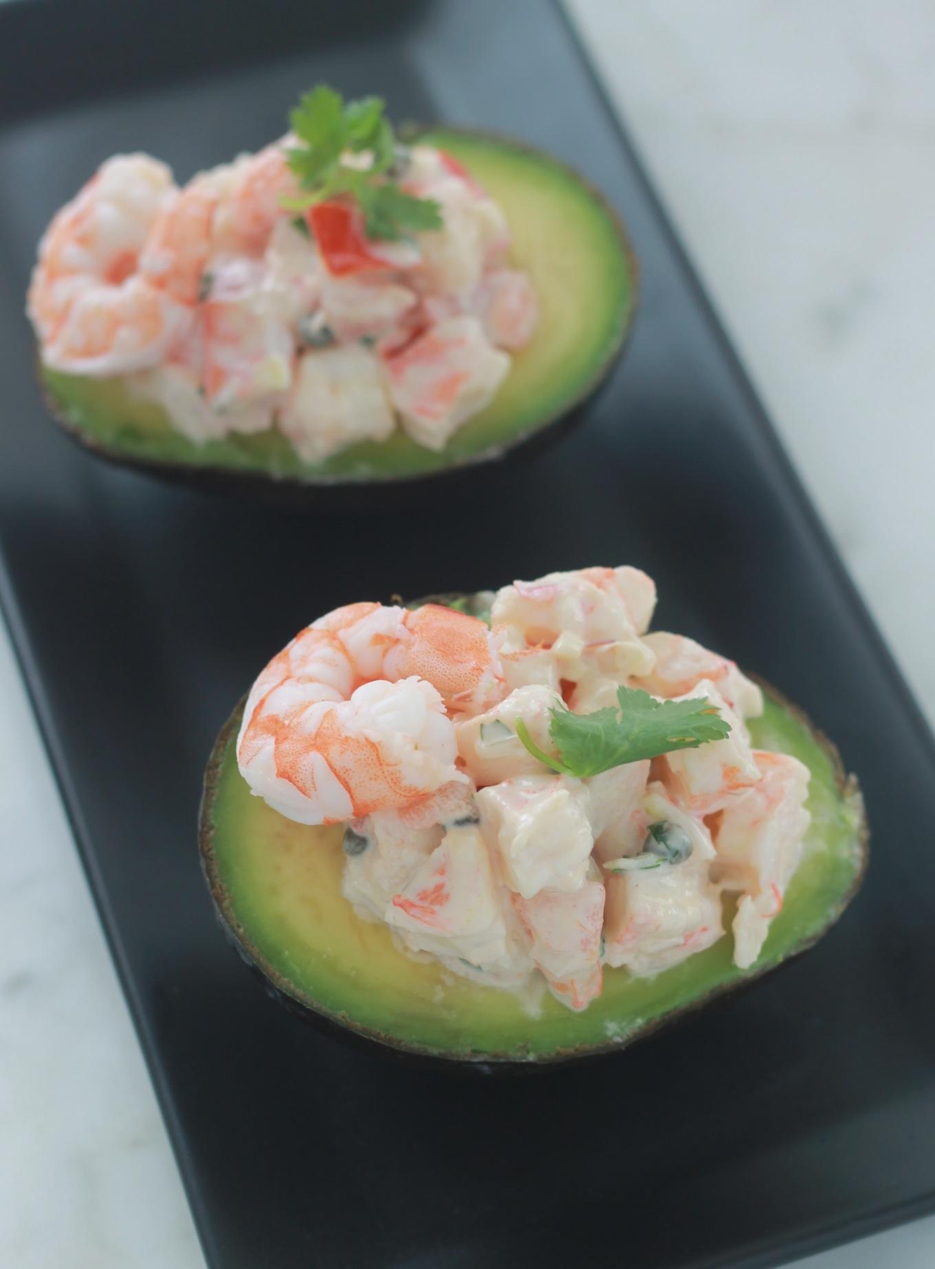 Ces avocats farcis aux crevettes font une délicieuse entrée saine, facile et rapide à préparer. / cuisineculinaire.com