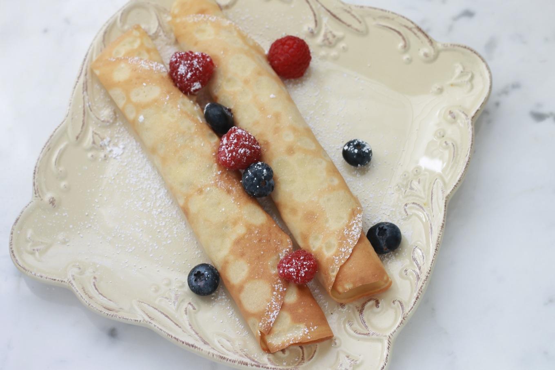 Les crêpes françaises, un grand classique. Pour le petit déjeuner, goûter ou en dessert. Des oeufs, farine, lait, éventuellement du sucre et arômes. / cuisineculinaire.com